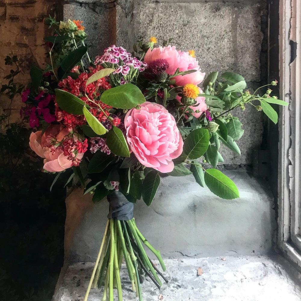 シャクヤク、ジューンベリー、アザミなど旬の花をざっくり束ねたウェディングブーケ