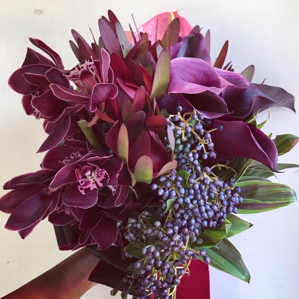 個性的な花材を使いながらも、パープルで統一することで落ち着いた雰囲気に仕上がったブーケ