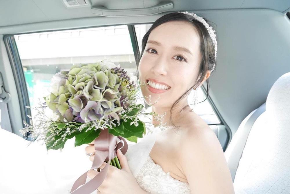 花嫁のスタイルを良く見せる小さいめサイズのウェディングブーケ